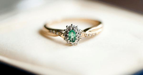 Pretty Emerald Flower-Motif Ring